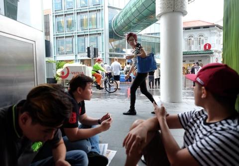 xep hang mua iphone o singapore hinh anh