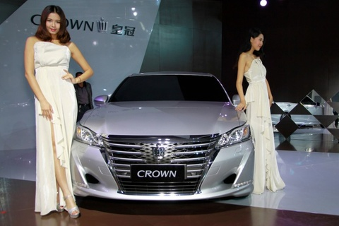 Can canh Toyota Crown 2015 moi ra mat hinh anh
