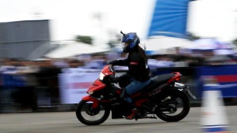 Nu biker 9X Sai Gon bieu dien Exciter 150 dieu luyen hinh anh