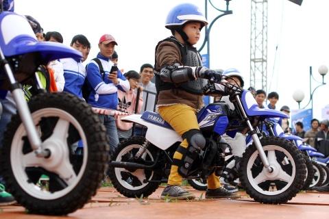 'Biker nhi' dieu khien xe 2 thi cua Yamaha hinh anh