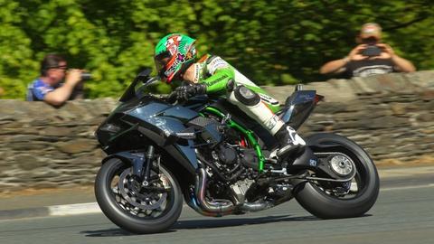 Sieu moto Ninja H2R gam ru tren duong dua hinh anh