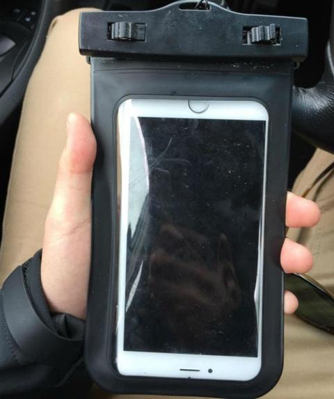 iPhone 6 Plus boc chong nuoc song sau 2 thang ngam duoi bien hinh anh