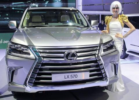 Dan xe tien ty cua Lexus tai trien lam Vietnam Motor Show hinh anh