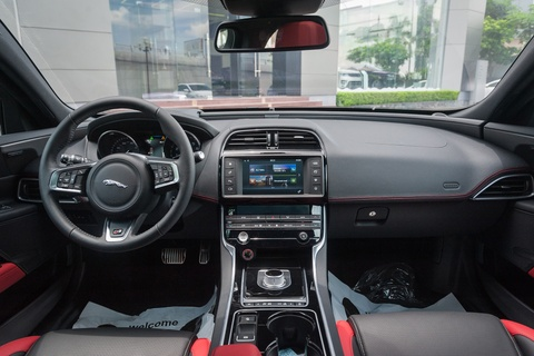Chi tiet sedan the thao Jaguar XE S dau tien tai Ha Noi hinh anh 6