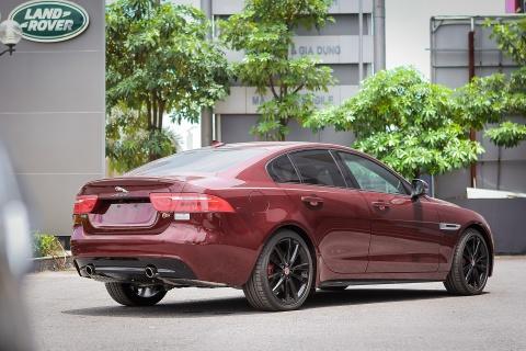 Chi tiet sedan the thao Jaguar XE S dau tien tai Ha Noi hinh anh 3