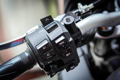 Moto Yamaha 1.000 phan khoi mau doc tai Ha Noi hinh anh 12