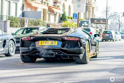 Sieu xe Lamborghini Aventador ban gioi han xuat hien tren pho hinh anh 6