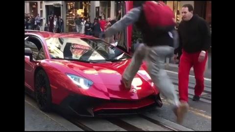 Nhay len mui sieu xe Lamborghini, thanh nien bi an no don hinh anh