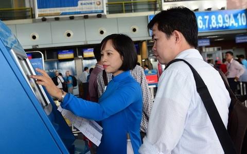 Am anh ket xe Tan Son Nhat: Hanh khach nen check-in qua mang hinh anh