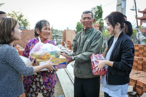 Ai Phuong, Only C va Phuong Ly chung tay cung ba con vung bao Damrey hinh anh 5