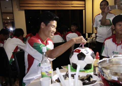 U19 Viet Nam to chuc sinh nhat dac biet cho Dong Trieu hinh anh
