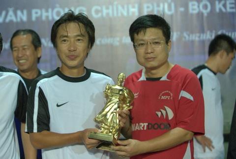 HLV Miura duoc tang qua truoc them AFF Cup 2014 hinh anh