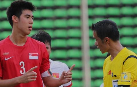 Doi truong U19 Singapore phan ung trong tai thien vi U19 VN hinh anh