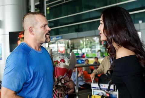Hoa khoi ao dai 2016 don huyen thoai UFC Chuck den Viet Nam hinh anh