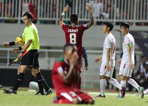 Xuan Truong dong vien Cong Phuong sau tran thua Indonesia hinh anh 1