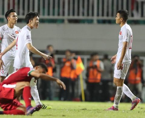 Xuan Truong dong vien Cong Phuong sau tran thua Indonesia hinh anh 3