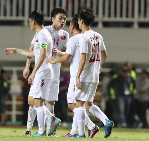 Xuan Truong dong vien Cong Phuong sau tran thua Indonesia hinh anh 4