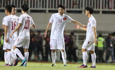 Xuan Truong dong vien Cong Phuong sau tran thua Indonesia hinh anh 2