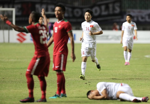 Xuan Truong dong vien Cong Phuong sau tran thua Indonesia hinh anh 5