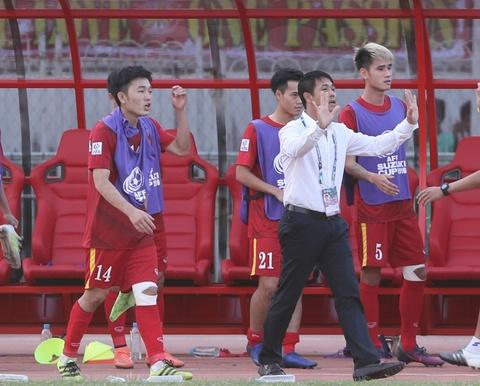 Xuan Truong dong vien Cong Phuong sau tran thua Indonesia hinh anh 7
