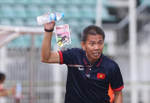 HLV Hoang Anh Tuan tuc gian nem chai nuoc vi U18 VN tu man hinh anh