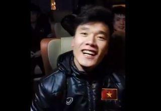 'Hot boy' Tien Dung ngau hung hat tren xe bus ve khach san hinh anh