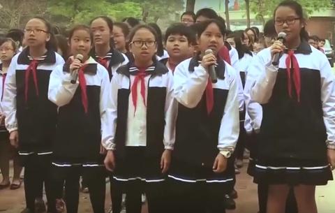 Mon qua tinh than hoc sinh gui nha giao Van Nhu Cuong hinh anh