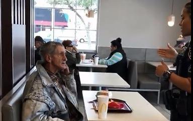McDonald's duoi khach mua do an cho nguoi vo gia cu hinh anh