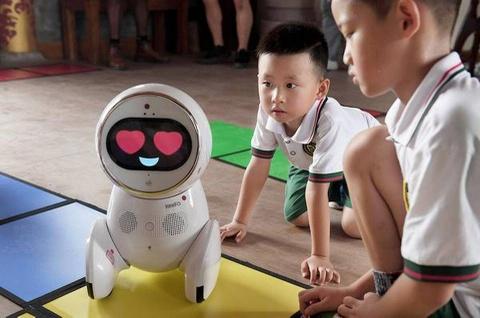 Robot se thay the giao vien, hang loat thay co mat viec? hinh anh