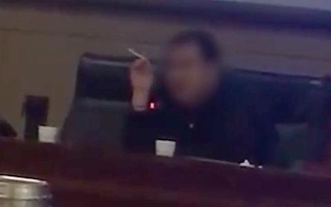 Giáo sư Trung Quốc bị đuổi việc vì hút thuốc lá trong giờ giảng bài