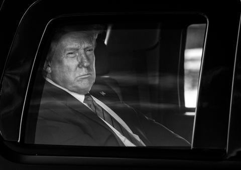 New York Times: Tong thong Trump khong dong dong thue nao trong 10 nam hinh anh