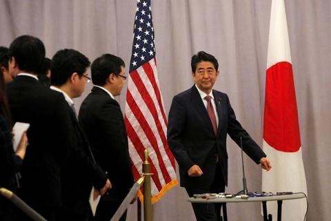 Ong Abe tra loi bao chi mot minh sau cuoc gap Trump hinh anh