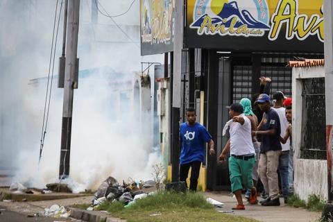 Nguoi Venezuela dot tien de bieu tinh, cuop pha no ra hinh anh 6