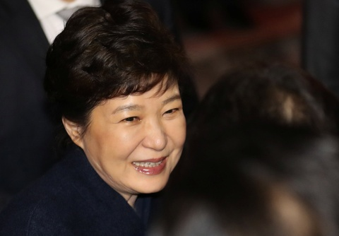 Ba Park Geun Hye sap bi tham van voi tu cach nghi can hinh anh