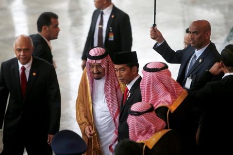 Phai doan Saudi mang but vang, nhan kim cuong sang Indonesia lam qua hinh anh