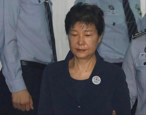 Cuu tong thong Park Geun Hye bi cong tay trong ngay dau ra toa hinh anh