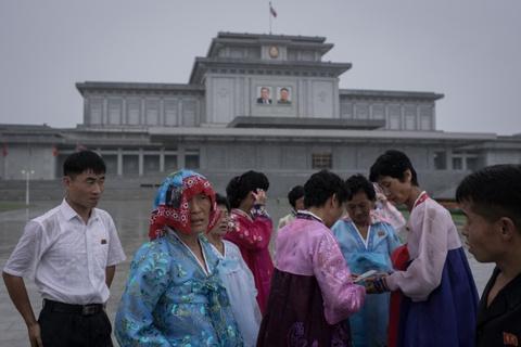 Trieu Tien ngay 'Chien thang': Khong ten lua, chi mua va nuoc mat hinh anh 7