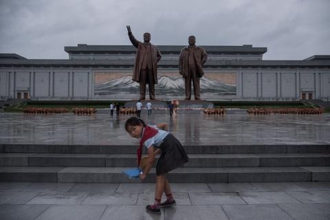 Trieu Tien ngay 'Chien thang': Khong ten lua, chi mua va nuoc mat hinh anh 5