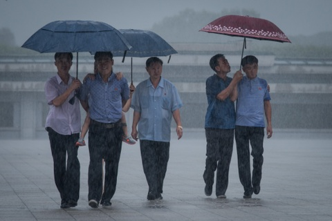 Trieu Tien ngay 'Chien thang': Khong ten lua, chi mua va nuoc mat hinh anh 3