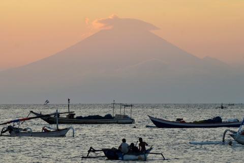 10.000 nguoi di tranh nui lua phun trao o thien duong du lich Bali hinh anh 11