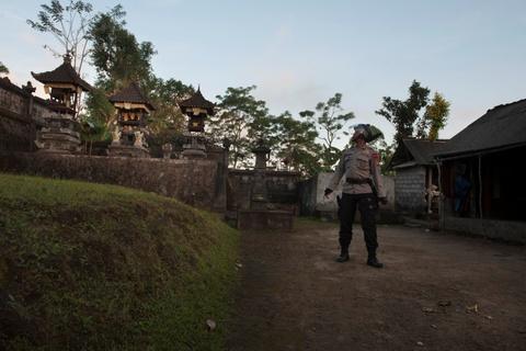 10.000 nguoi di tranh nui lua phun trao o thien duong du lich Bali hinh anh 7