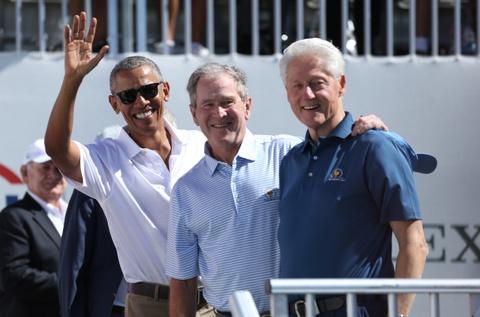 Obama, Bush va Clinton cung di xem golf hinh anh