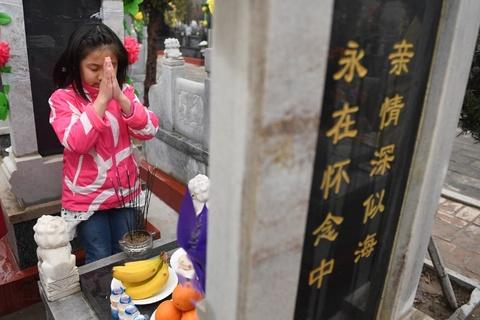 Bia va vang ma: Nguoi Hoa tao mo trong le Thanh Minh hinh anh