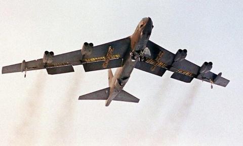 Hai sieu phao dai B-52 cua My ap sat bo bien Quang Dong hinh anh