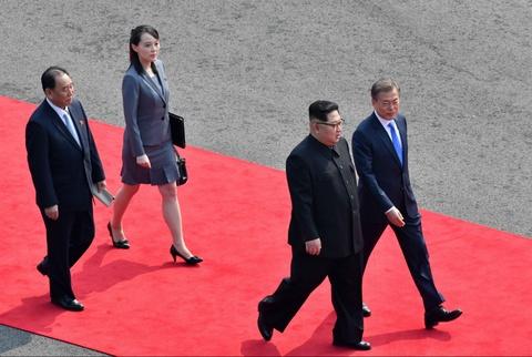 Nguoi phu nu theo sat Kim Jong Un trong thuong dinh lien Trieu hinh anh 2