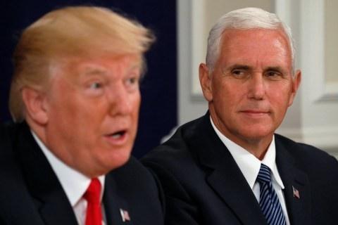 TT Trump chim trong khung hoang, Pho TT Pence doi cho trong bong toi hinh anh