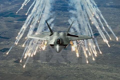 My lan dau trien khai may bay chien dau F-22 tai chau Au hinh anh