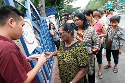 Nguoi Singapore bo phieu trong ky bau cu cang thang nhat hinh anh