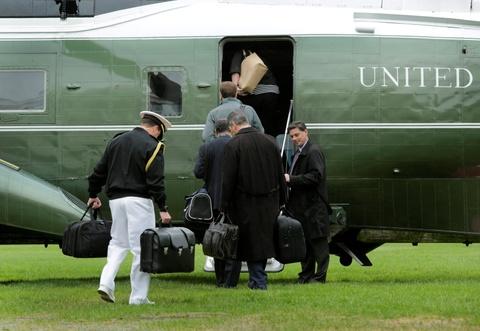 Tong thong Obama roi Washington, len duong toi Viet Nam hinh anh 5