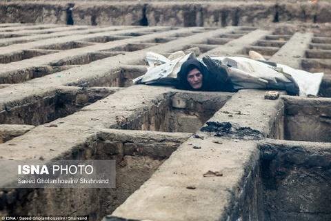 Nguoi vo gia cu Iran chui vao mo de song hinh anh 8